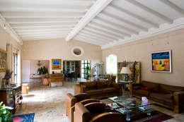 Salas de estilo rústico por Pierre Bernard Création