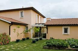 Façade extérieure et couloir vitré: Maisons de style de style Classique par Pierre Bernard Création