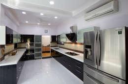 Dr Rafique Mawani's Residence: minimalistic Kitchen by M B M architects