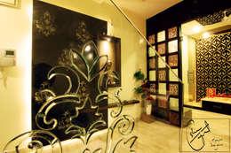 A Duplex Apartment, Raipur:  Corridor & hallway by ES Designs