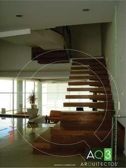 Recidencia Espinoza: Pasillos y recibidores de estilo  por AQ3 Arquitectos