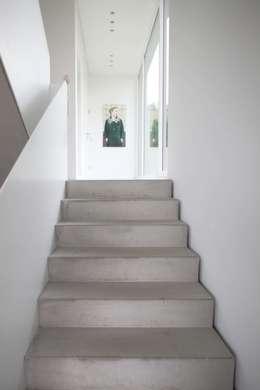 Couloir et hall d'entrée de style  par Schiller Architektur BDA