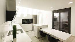 Cocinas de estilo moderno por arqubo arquitectos