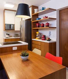 Cocinas de estilo moderno por Ambienta Arquitetura