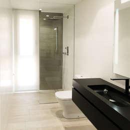 moderne Badkamer door arqubo arquitectos