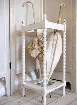 Antiker Schirmständer Shabby weiss: klassischer Flur, Diele & Treppenhaus von Maisondora Vintage Living
