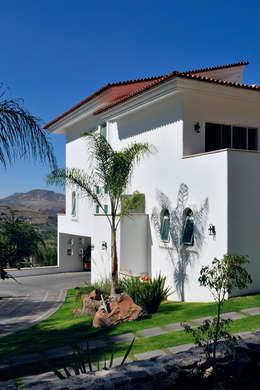 fachada de garage: Casas de estilo colonial por Excelencia en Diseño