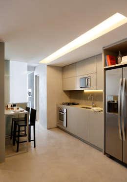 Apartamento decorado Calper: Cozinhas modernas por Gisele Taranto Arquitetura