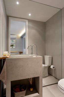 Apartamento decorado Calper: Banheiros modernos por Gisele Taranto Arquitetura