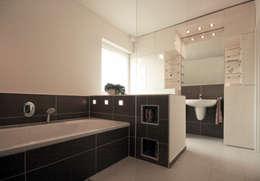 Projekty,  Łazienka zaprojektowane przez Höltkemeier InnenArchitektur