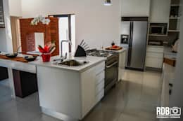 Mr & Mrs Du Plessis Project - The Hills Estate, Pretoria: modern Kitchen by Ergo Designer Kitchens and Cabinetry