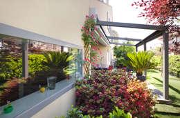 Hiên, sân thượng by EXiT architetti associati