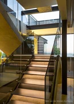 Projekty,  Korytarz, przedpokój zaprojektowane przez Nico Van Der Meulen Architects