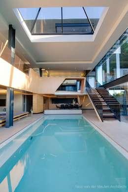 Piletas de estilo moderno por Nico Van Der Meulen Architects