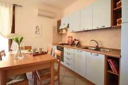 Monolocale al mare: Cucina in stile in stile Mediterraneo di MDHS Marina Dionisi Home Stager