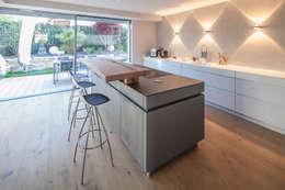 Cocinas de estilo moderno por BESPOKE GmbH // Interior Design & Production
