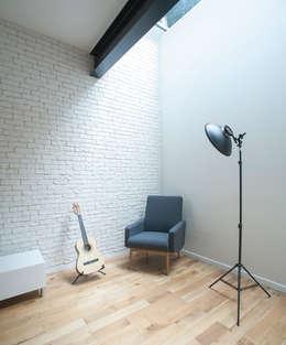 Espace détente sous plancher de verre: Salon de style de style Moderne par Olivier Olindo Architecte