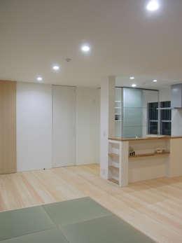 Salas de estilo moderno por 北村大作建築設計事務所