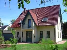 Projekty, klasyczne Domy zaprojektowane przez RostoW Bau