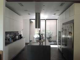 Residencia CB675: Cocinas de estilo moderno por Domótica y Automatización Integral