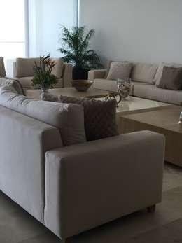 modern Living room by Monica Saravia