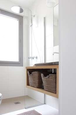 Salle d'eau: Salle de bains de style  par Olivier Stadler Architecte