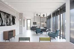 Salas / recibidores de estilo minimalista por 3C+M architettura