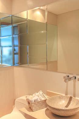 Acento en baño social: Baños de estilo moderno por Monica Saravia
