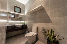 Baños de estilo minimalista por Design Spirits