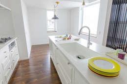 オーダーキッチン〜框組: 有限会社デラ工房が手掛けたキッチンです。