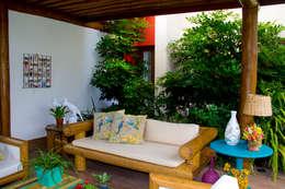 Balcones y terrazas de estilo topical por Tânia Póvoa Arquitetura e Decoração