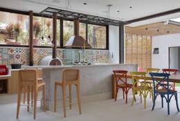 Salon de style de style Moderne par Amanda Miranda Arquitetura