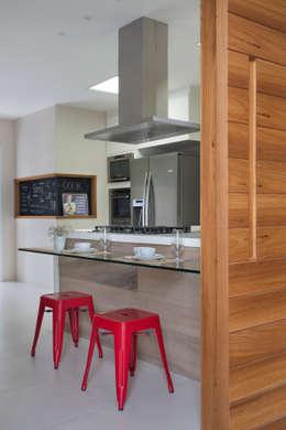 Projekty,  Kuchnia zaprojektowane przez Amanda Miranda Arquitetura