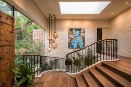 THE VILLA, CAPE TOWN   I   MARVIN FARR ARCHITECTS:  Corridor & hallway by MARVIN FARR ARCHITECTS