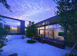 玄の家 居間 夕景: Atelier Squareが手掛けた家です。