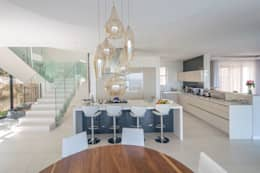 HOUSE  I  CAMPS BAY, CAPE TOWN  I  MARVIN FARR ARCHITECTS: modern Kitchen by MARVIN FARR ARCHITECTS