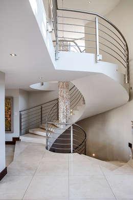 Pasillos y recibidores de estilo  por FRANCOIS MARAIS ARCHITECTS