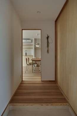 Pasillos y recibidores de estilo  por toki Architect design office