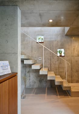浮かぶRing: 久友設計株式会社が手掛けた玄関/廊下/階段です。