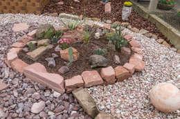 Beet mit Sandsteineinfassung: mediterraner Garten von Andreae Kakteenkulturen