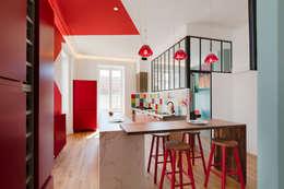 Maison Pop: Cuisine de style de style Moderne par Agence d'architecture intérieure Laurence Faure