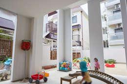 住居と園庭: 松浦荘太建築設計事務所が手掛けた庭です。