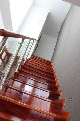 Escalera enchapada en madera: Pasillos y vestíbulos de estilo  por Soluciones Técnicas y de Arquitectura