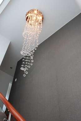 Lampára colgante de escalera: Pasillos y vestíbulos de estilo  por Soluciones Técnicas y de Arquitectura