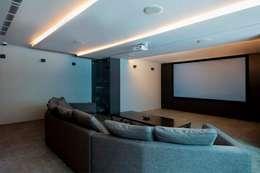 غرفة الميديا تنفيذ Eightytwo Pte Ltd