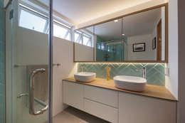 COSTA DEL SOL: scandinavian Bathroom by Eightytwo Pte Ltd