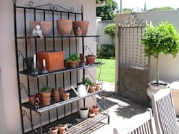 A delicate herb rack in the French courtyard:  Garden  by Finely Found It Interiors