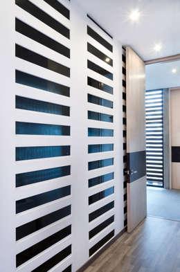Casa Hornacina - VMArquitectura: Pasillos y recibidores de estilo  por VMArquitectura