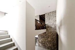 Couloir et hall d'entrée de style  par VMArquitectura