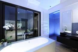 Rénovation d'une maison traditionnelle en maison moderne et luxueuse: Salle de bains de style  par Archionline